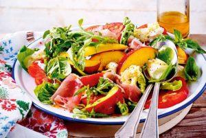 Frischer Sommersalat mit Necktarinen
