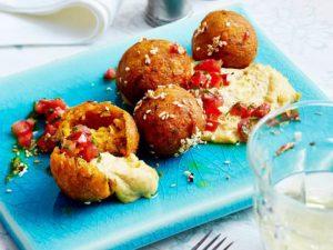Süßkartoffel-Falafel mit Tomaten-Salsa und Hummus